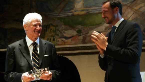Prof. Peter Lax receives the 2005 Abel Prize from H.R.H. Crown Prince Haakon in the University Aula. Photo: Knut Falch/Scanpix